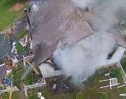 Insensato acerca dron a un incendio y los bomberos intentan mojarlo