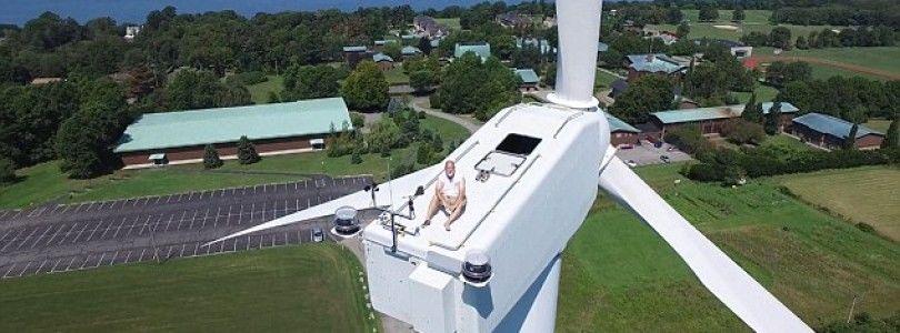 Un piloto de drones capta a un hombre tomando el sol en un molino eólico